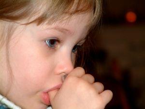 ребенок тянет руки в рот