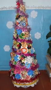 новогодняя елка из бросового материала